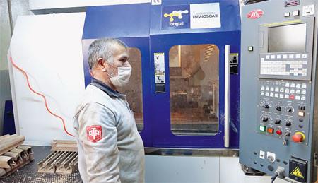 В ложейном цеху завода вместо старых копировальных станков внедрены и в полную силу работают многофункциональные деревообрабатывающие центры с ЧПУ