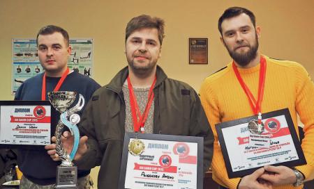 Призёры любительской части соревнований. Занявший первое место Артём Рыбаков (вцентре) был награждён пистолетом Р226ТТК