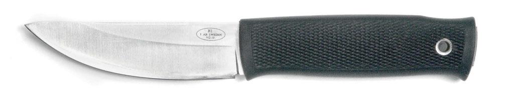 Нож H1шведской фирмы Fällkniven представляет собой вполне современное воплощение классической формы традиционных скандинавских ножей. Впрочем, недоконца корректное, так как линия его лезвия выведена практически одной плавной дугой, без прямого участка взадней части ивыдвинутого вперёд явно видимого «брюшка». Таким лезвием удобно резать спотягом, например рыбу, мясо, кожу, потрошить зверя или рыбу. Несколько менее удобно подрезать снимаемую стуши шкуру, ещё менее удобно строгать. Нозато выигрывает универсальность— можно делать всё упомянутое, хоть инестакими удобствами, как специализированными ножами