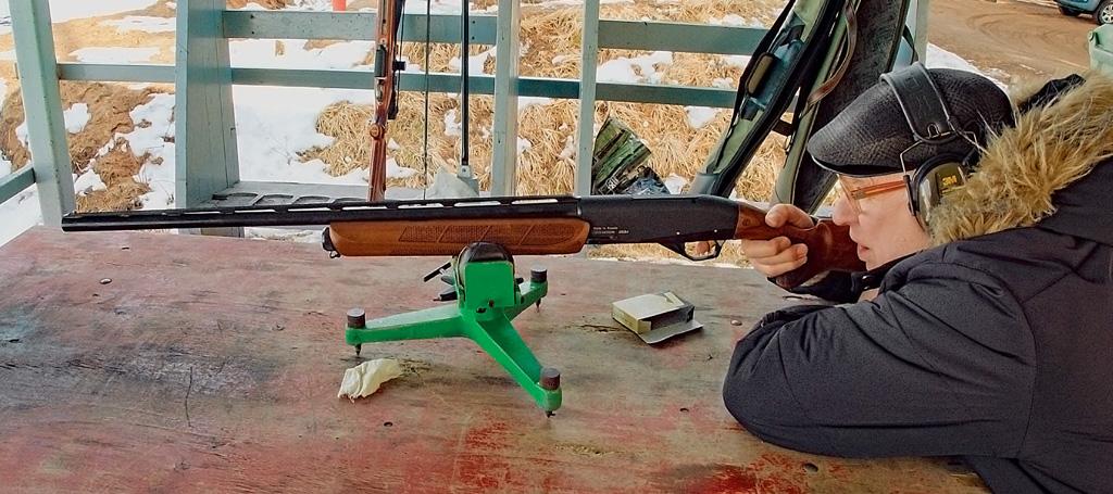 Автор статьи ведёт контрольную стрельбу изсамозарядного ружья MP-155 «Нева» сиспользованием пулевых патронов