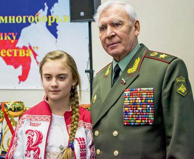 Приемственность поколений - генерал армии Михаил Моисеев и юная спортсменка Ульяна Ашихмина
