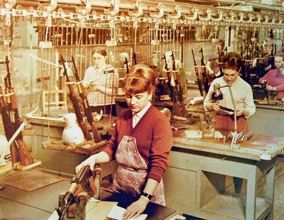 Конвейер производства автоматов АКМ.Ижевский машзавод, 1960-е гг.
