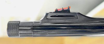 Укарабина Turqua мушка регулируемая вдвух направлениях, надульной части ствола имеется резьбовой участок для крепления дополнительных приспособлений иприборов (закрыт муфтой)