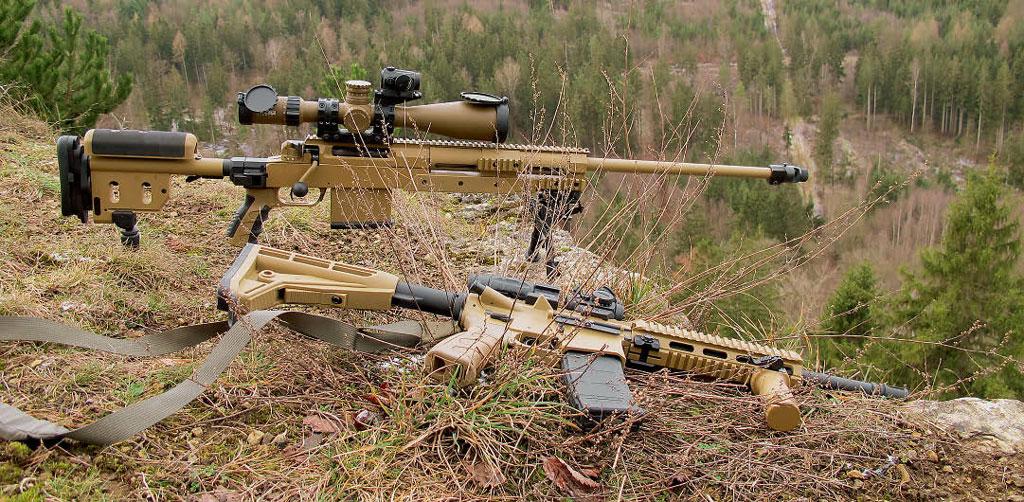 G29 рядом сещё одной винтовкой, Caracal CAR 816 калибра 5,56×45, которая всамозарядном варианте поставляется фирмой Haenel награжданский рынок под обозначением CR223. Cней зульцы делают попытку пробиться нажеланный ивостребованный рынок клонов AR-15/M16. Фото Haenel