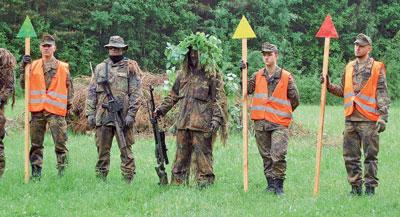 Тренировка немецких снайперов. Стрелок вцентре держит винтовку G22, насмену которой частично придёт G29. Фото автора