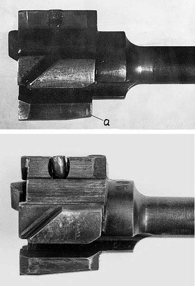 Затворы винтовок СВД: сверху от винтовки, проходившей испытания в августе-сентябре 1963 г. Снизу – серийной СВД после 1963 г. а – третий боевой упор. Обратите внимание на разницу профилей нижней части досылателей