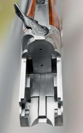 Затворная коробка ружья Perazzi МХ12. Хорошо видны боковые сегментные выступы на внутренней поверхности затворной коробки