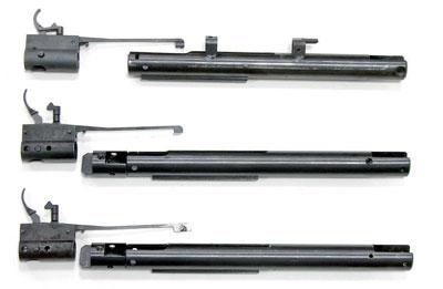 Воздушные цилиндры, ихзатыльники испусковые механизмы, сверху вниз: MP-512 раннего выпуска, «Мурена», MP-512-45. Устарой винтовки функцию затыльника цилиндра выполнял корпус спускового механизма. Затыльники «Мурены» иMP-512-45 слегка развёрнуты относительно продольной оси, чтобы можно было визуально оценить увеличение базы крепления стреляющего механизма вложе. Вкорпусах спускового механизма новых винтовок хорошо видны отверстия под два поперечных штифта, ниодин изкоторых осью спускового крючка неявляется