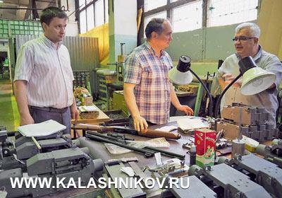 Директор попродажам ООО «Молот оружие» Владимир Кислов (справа) учавствует вбеседе овариантах комплектации модернезированных «Бекасов»