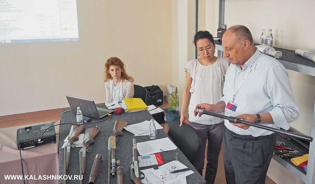 Представители итальянской компании Bernardeli подошли кделу серьёзно— враздаточном материале для слушателей была даже подробная информация помаркам стальных иалюминиевых сплавов, используемых вружьях. Нафото справа Франческо Гаратти, слева Николь Жирардини