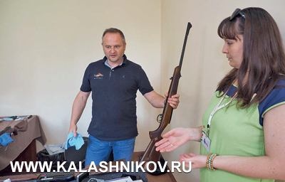 Владелец австрийской фирмы Fluna Манфред Пилц обучает продавцов-оружейников правильному использованию своих химических составов поуходу заоружием