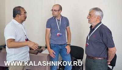 Директор ТОО «АННА» обсуждает план занятий с гостями из Swarovski