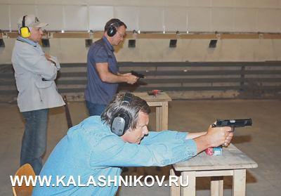 Застрельбой Евгения Ефимова (напереднем плане) иАндрея Груздева наблюдает редактор отдела охоты испорта журнала «КАЛАШНИКОВ» Римантас Норейка