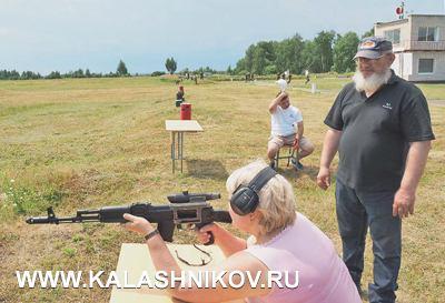 Местное отделение ФПСР организовало для участников собрания стрельбу изпистолета икарабина. Наоружии, изображённом наснимке, установлен интересный коллиматорный прицел, кразговору окотором мыещё вернёмся
