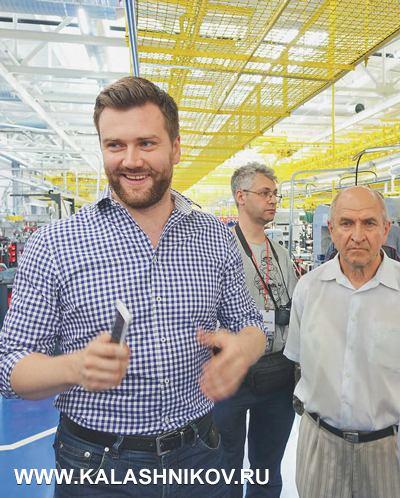 Новый сборочный цех концерна «Калашников» нам представил директор оружейного производства Дмитрий Тарасов (нафото слева), атакже помощник директора Виктор Копытцев (справа)