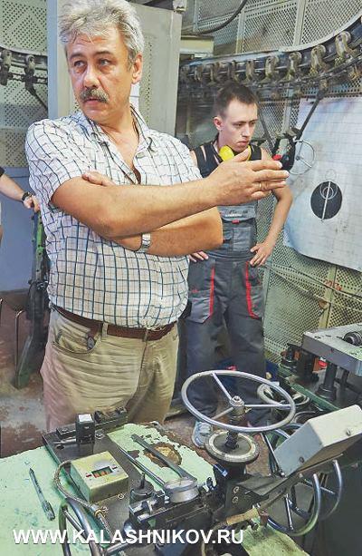 Обиспытаниях стрелкового оружия (каждая единица произведенного оружия проходит стрелковые испытания) нам рассказал руководитель участка Александр Черезов