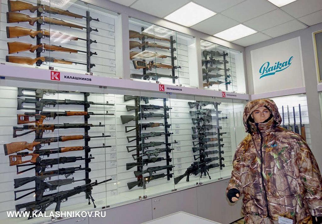 Общий вид фирменного торгового зала оружия концерна «Калашников» в«Оружейном центре» петербургской компании «Левша»