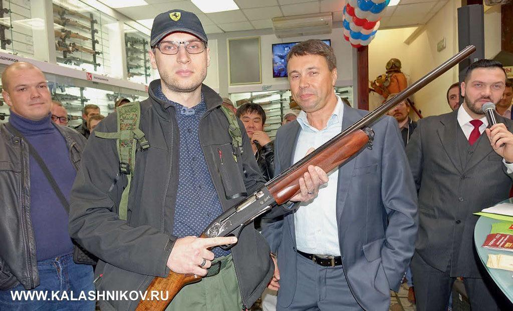 Коммерческий директор оружейной компании «Левша» Денис Семёнов (нафото справа) поздравил Алексея Лаврова свыигрышем влотерее самозарядного ружья МР-153