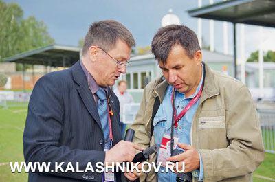 Дмитрий Лебедев поясняет Руслану Чумаку особенности уникальной системы присоединения глушителя кПЛ-15