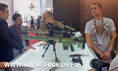 Настенде Владислава Лобаева было представлено сразу несколько моделей его винтовок, среди которых наибольший интерес упублики вызывали, скажем так, «сверхдальнобойные» образцы. Прикладного смысла вних, пожалуй, нет, нокак «шоустоперы» они работают великолепно
