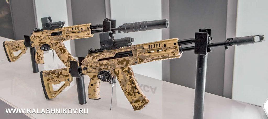 Напереднем плане автомат АК-12 (5,45×39), заним АК-15 калибра 7,62×39. Принципиально образцы отличаются друг отдруга, пожалуй, только количеством выстрелов фиксированной очереди— три (АК-12) идва. Вовсём мире вэтой функцией уже наигрались, зачем наши военные решили проверить «инновацию» насебе, только имиведомо. Обратите внимание намагазин спрозрачными вставками наАК-12— это инициативная разработка концерна вответ натребование военных обеспечить визуальный контроль наличия патронов вмагазине