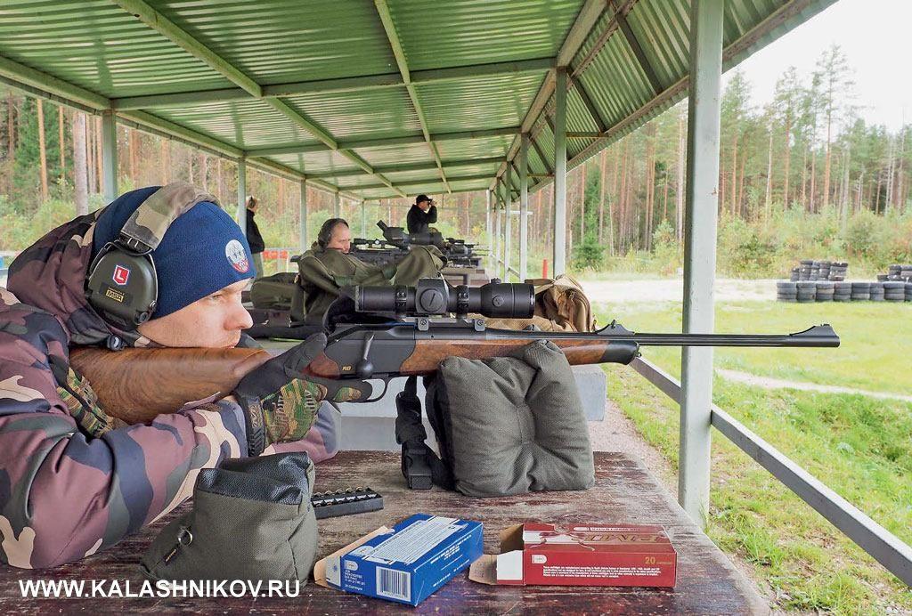 К стрельбе готовится инструктор СК «Невский» Артём Глазков