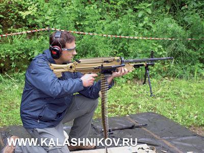 Из пулемёта MG5 стреляет автор статьи; стрельба ведётся с руки, положение «с колена». И в этой ситуации пулемёт устойчив при стрельбе, как непрерывным огнём, так и короткими очередями. Всё же от стрельбы из положения стоя мы отказались