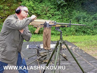 Сотрудник DWJ Клаус Эбнер с пулемётом MG5 на станке