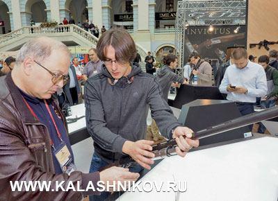 Максим Байметов и Владимир Лопатин с ружьем МР-156. Фото из журнала «Калашников»