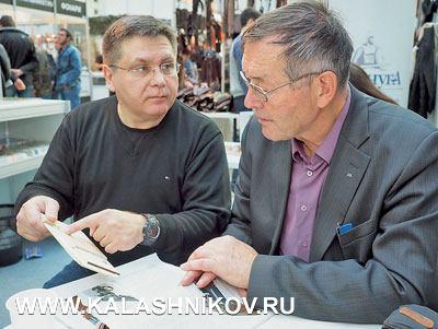 Сергей Киселёв обсуждает макет своей конструкции сМихаилом Драгуновым. Фото из журнала «Калашников»