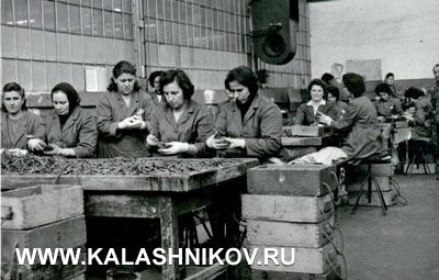 Архивный снимок 1974 года. Женщины заняты контролем качества собранных патронов