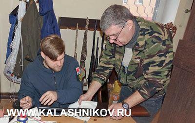 Оружейные мастера Данила Иванов (слева) и Дмитрий Азаренко на участке технического обслуживания ружей Benelli