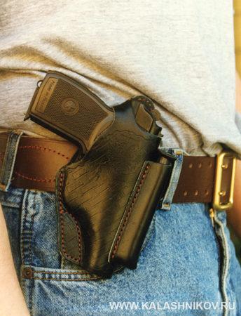 пистолет макарова (ПМ) в кобуре