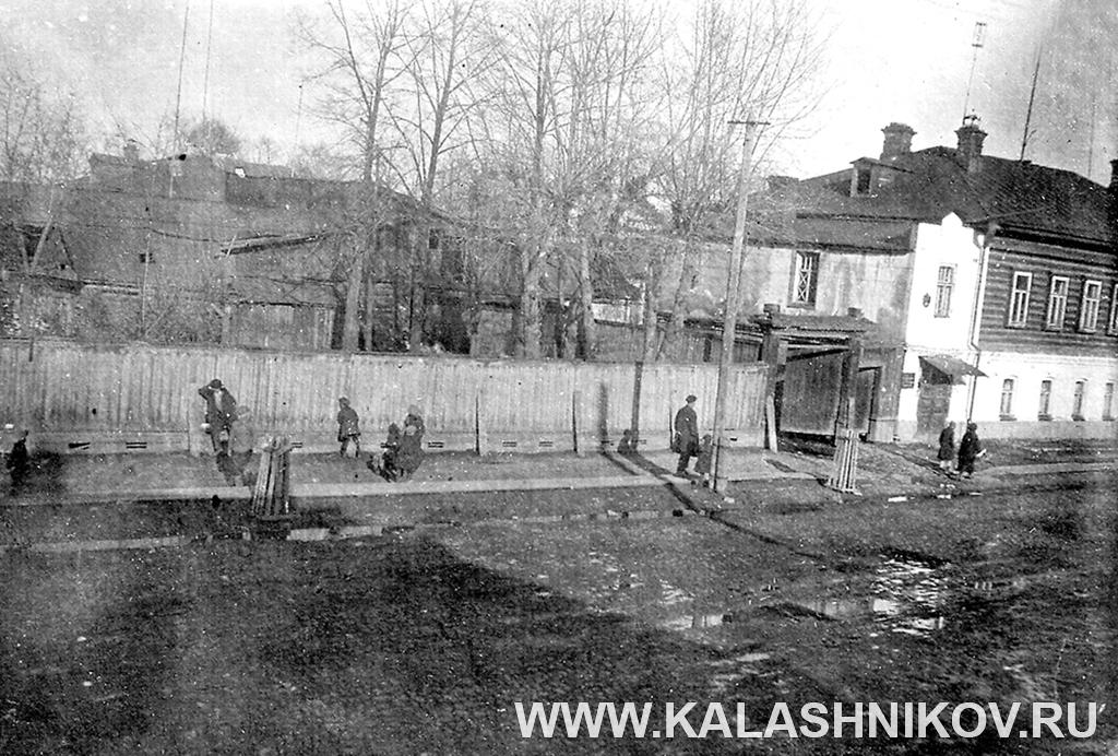 Вид наКрасноуфимскую улицу изокна дома № 33, вкотором проживала семья Жук. Пермь. 1934 г. Иллюстрация к статье в журнале «КАЛАШНИКОВ»