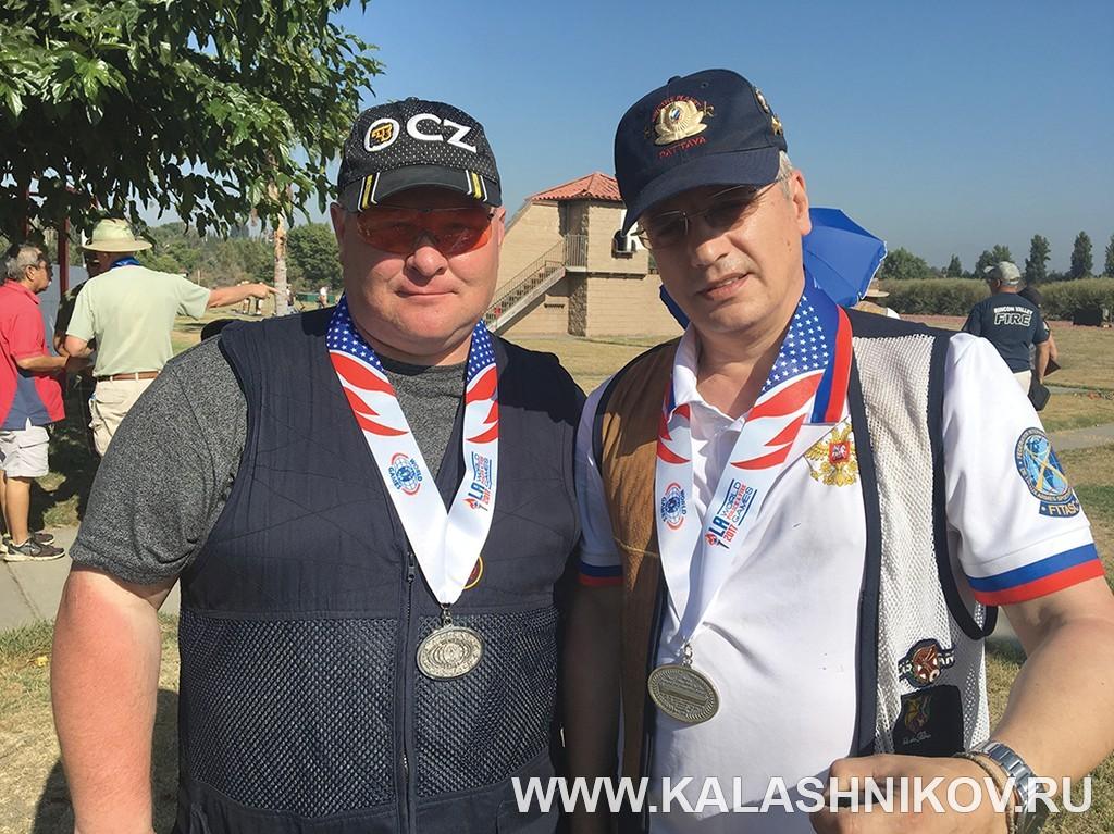 Аркадий Юшкевич (слева) сколлегой покоманде Сергеем Уваровым. Иллюстрация к статье в журнале «КАЛАШНИКОВ»