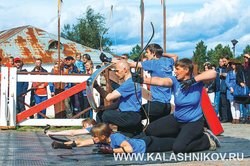 Выступление лучников на первой Олимпиаде артистического фехтования