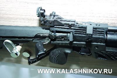 Рычаг перезаряжания MP-555K на иллюстрации к статье в журнале «КАЛАШНИКОВ»