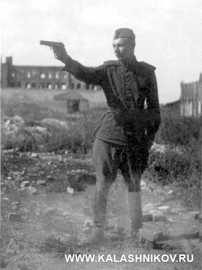Сержант А.Б. Жук стреляет изсвоего личного оружия— пистолета ТТ. Иллюстрация к статье в журнале «КАЛАШНИКОВ»