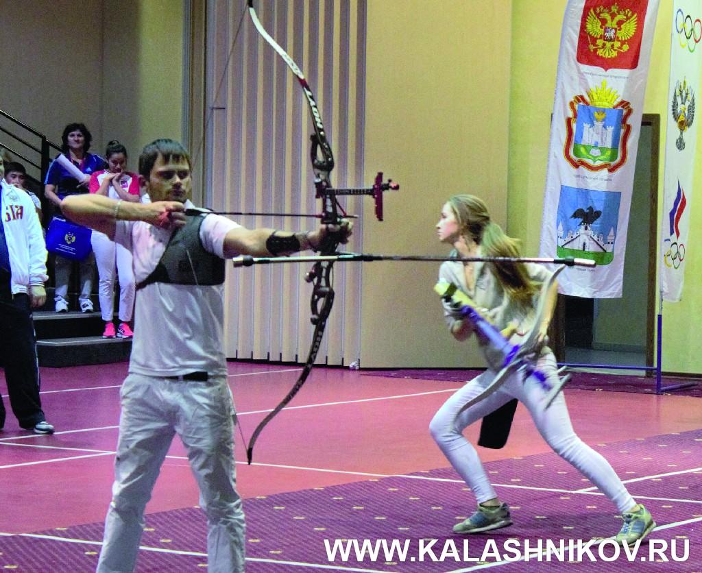 Спортсмены участвуют в новом стрелковом упражнении «Карусель». Иллюстрация к статье в журнале «КАЛАШНИКОВ»