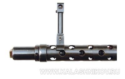 Дульная часть ствола пулемёта 5.П.II в кожухе с мушкой. Фото из журнала «Калашников»