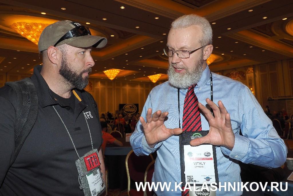 Виталий Крючин и новый главный редактор TFB Том Радера на фото из журнала «Калашников»