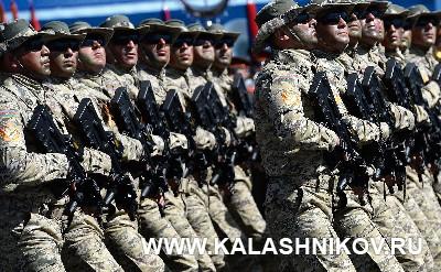 Азербайджанские военнослужащие на параде. Журнал «Калашников»