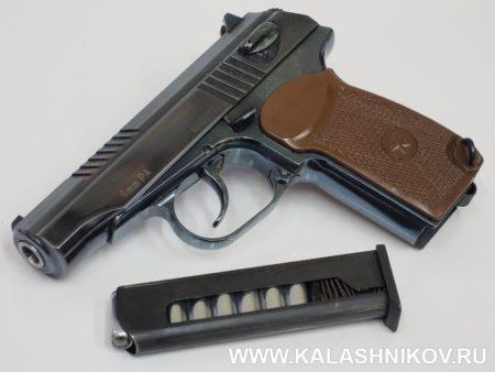 Пистолет П-М17Т со снаряженным магазином. Фото: М. Дегтярёв, www.kalashnikov.ru