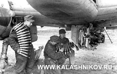Оружейники заряжают 30-мм пушку штурмовика Хеншель Hs-129. Журнал «Калашников»