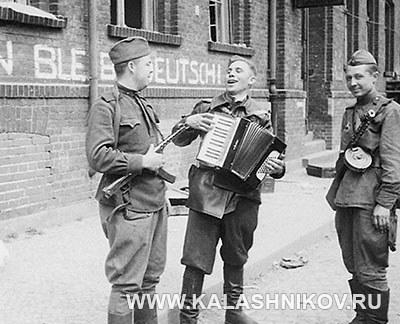 Советские солдаты на отдыхе. Фото журнала «Калашников»