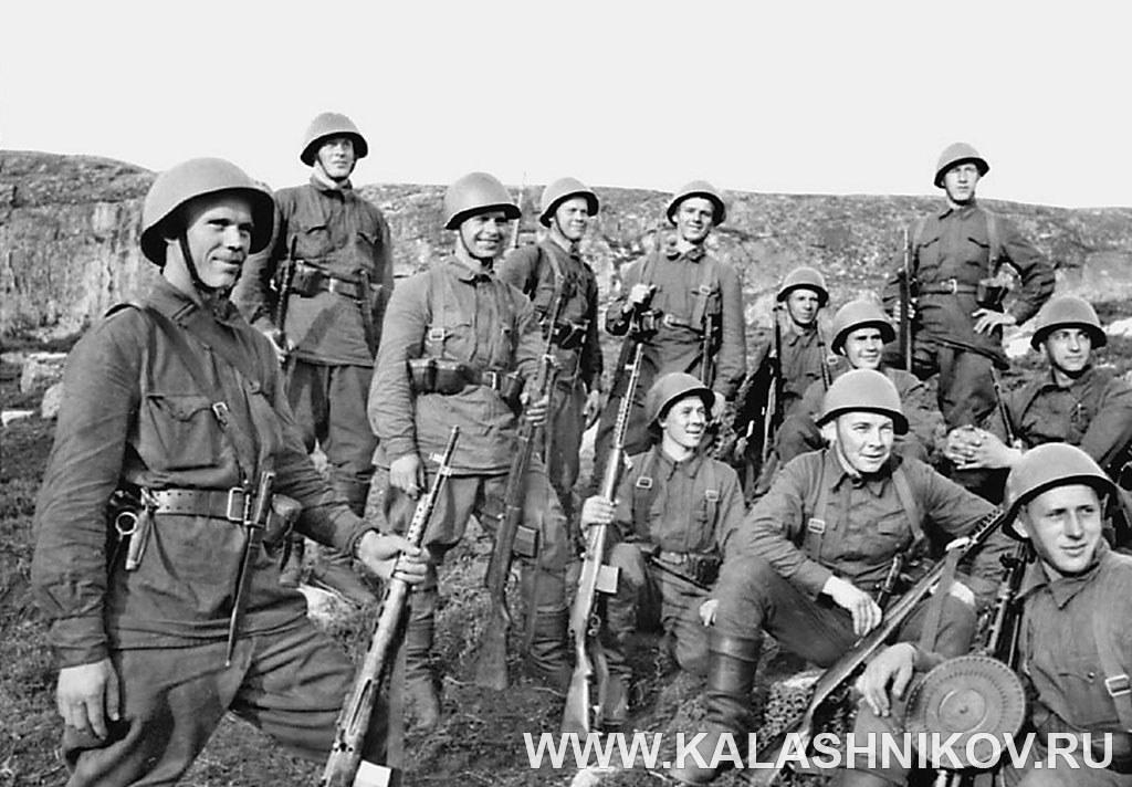 Групповой снимок бойцов Советской Армии. Фото журнала «Калашников»