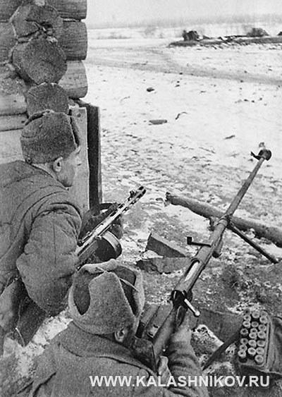 Советские бойцы с противотанковым ружьем. Фото журнала «Калашников»