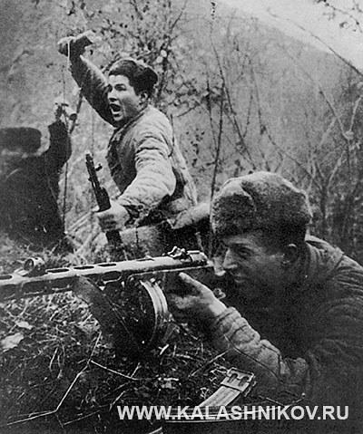 Советский солдат ведет огонь из ППШ-41. Фото журнала «Калашников»
