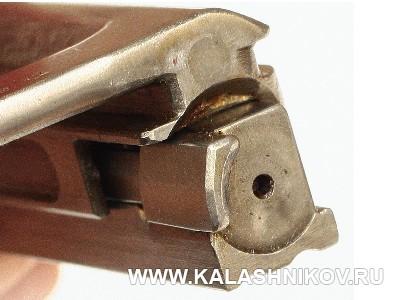 Вид на зеркало затвора карабина СКС (СКС-31). Журнал Калашников