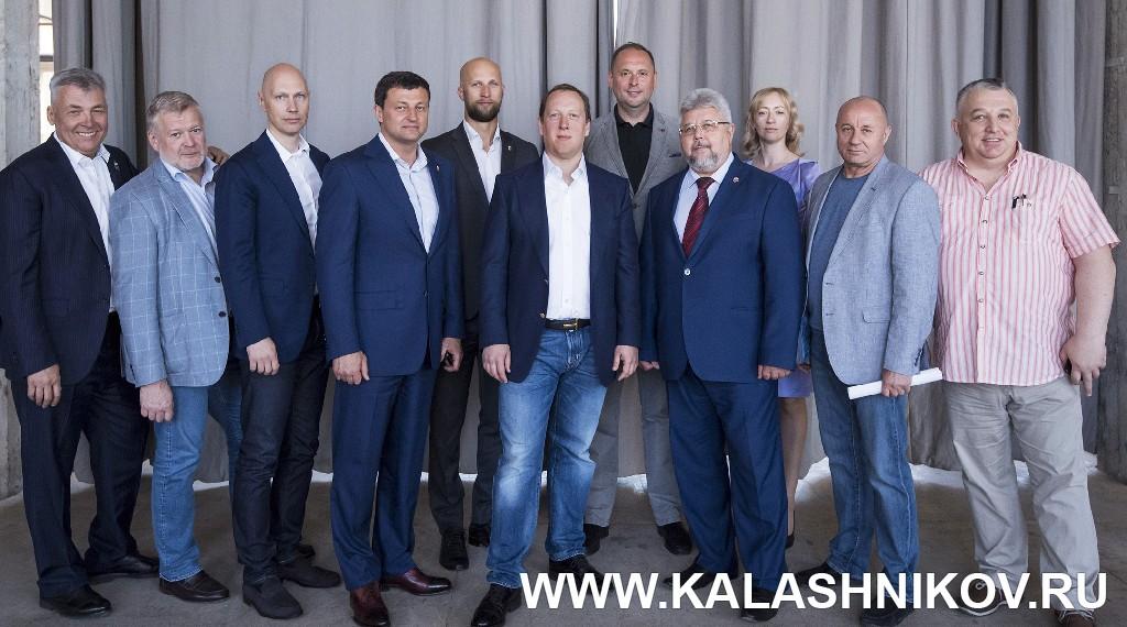 Члены исполнительного комитета  и аппарата федерации ФПСР с новым президентом Михаилом Гущиным. Фото журнала «Калашников»